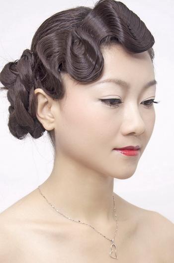 烫好后用s型包发将所有烫卷的头发全部梳理开,这时所有的头发就会图片